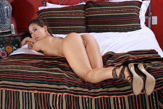 Бесплатные фото Kalina Ryu,Лилия,океан,брюнетка,кровать,голая,сиськи,письки,половые губы,попа,туфли,каблуки