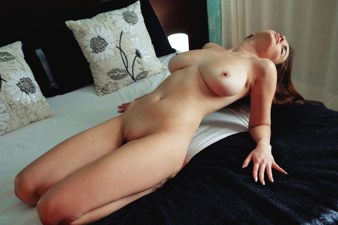 Фото бесплатно maible, брюнетка, большие натуральные сиськи, ню, кровать, большие сиськи, эротика - на рабочий стол