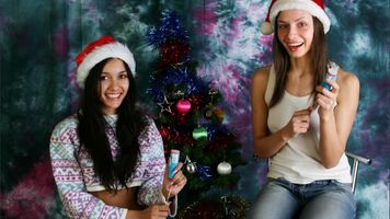 Бесплатные фото Вика,Камилла,с Рождеством,брюнетка,2 девушки,не ню,Рождество