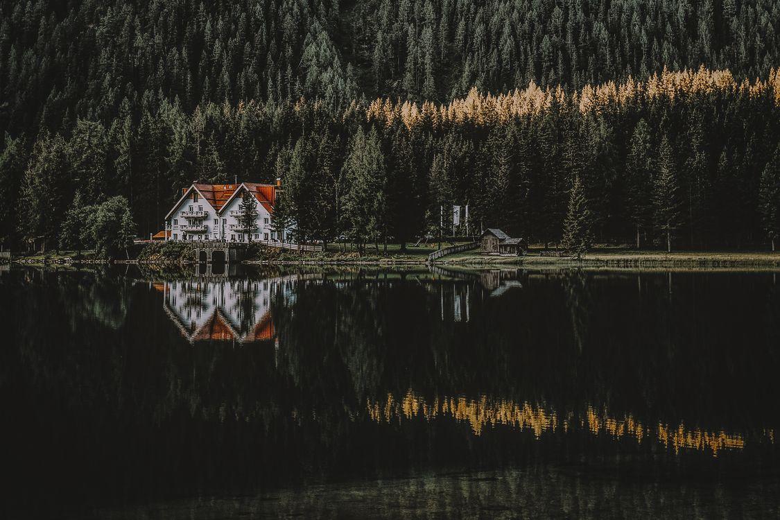 Фото бесплатно lakescape, озеро, лес, камень, свет, город, дом, стена, солнце, отражение, дерево, вода, Lakehouse, сосна, природа