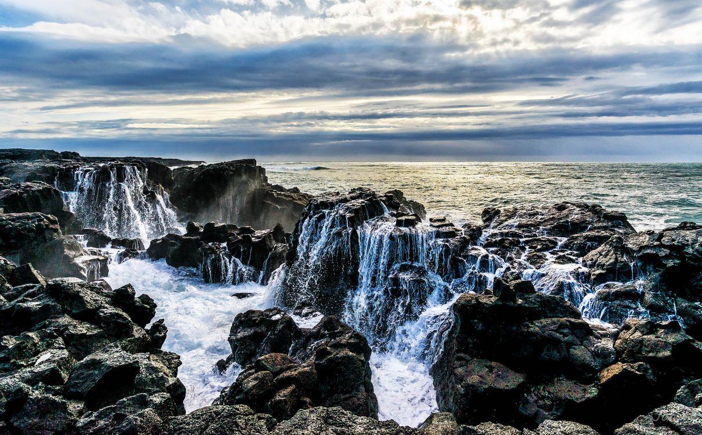 Обои море, скалы, берег, водопад, камни, небо, пейзаж картинки на телефон