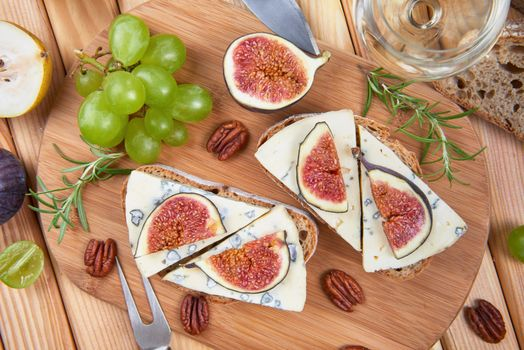 Photo free cheese, grapes, figs