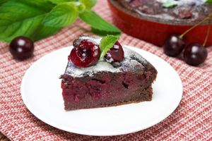 Бесплатные фото пирог,шоколадный,вишня,сахарная пудра