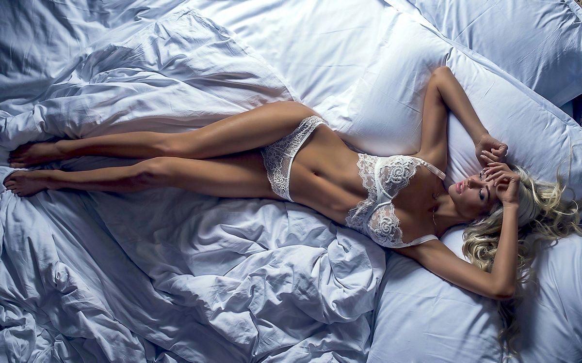 Фото бесплатно модель, блондинка, белый бюстгальтер, бюстгальтер, белые трусики, трусики, загорелые, ноги, кровать, спальня, нижнее белье, не голые, model, blonde, white bra, эротика