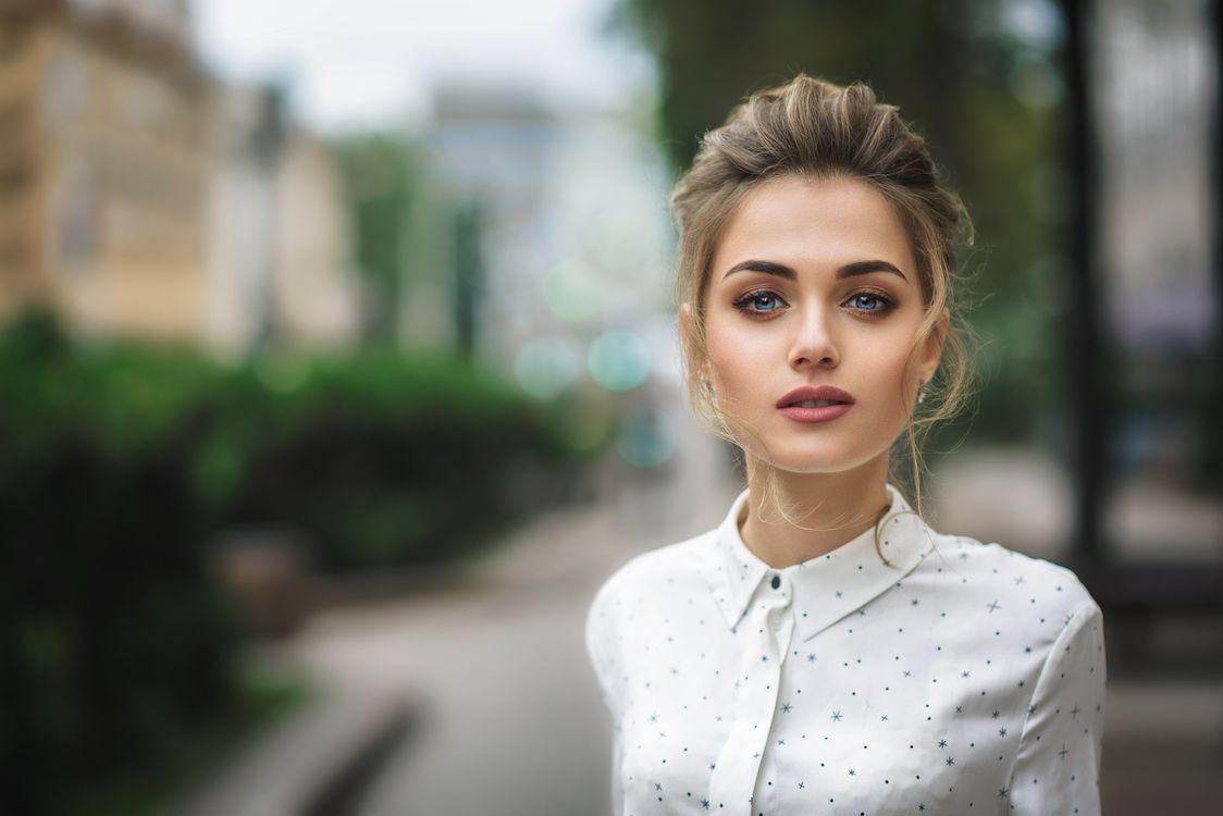 Прекрасная дева с голубыми глазами · бесплатное фото