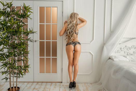 Бесплатные фото девушка в комнате,девушка,Solo,Posing,фотосессия,beauty,сексуальная,молодая,богиня,киска,красотки,модель