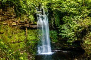 Наскальный лесной водопад