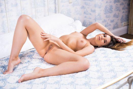 Зельда Б лежит на кровати