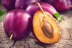 Фото бесплатно Сливы спелые и сочные, фрукты на деревянном столе, макро