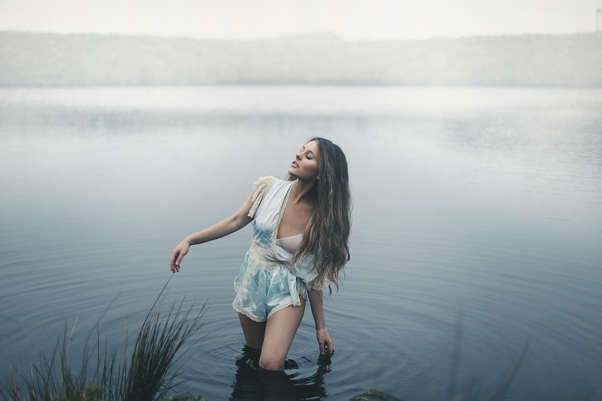 она фотосессия на берегу реки холод блуза объемными рукавами
