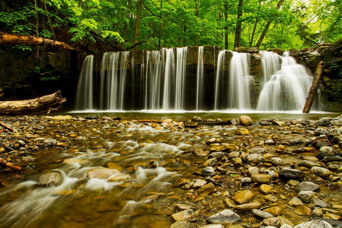 Водопад скрывающий ущелье · бесплатная заставка