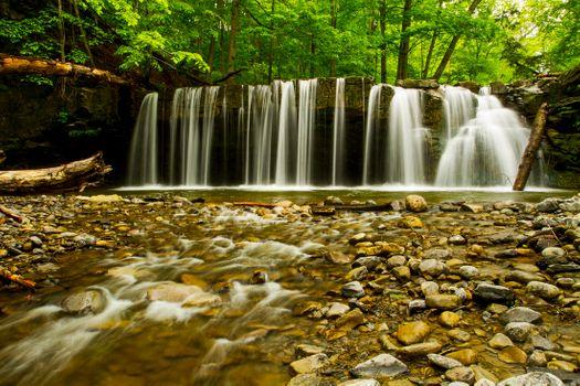 Водопад скрывающий ущелье