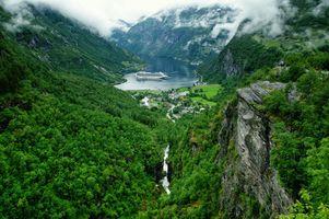 Бесплатные фото Гейрангер-фьорд,Норвегия,горы,река,скалы,дома,деревья