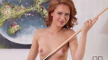 Бесплатные фото laina,nude,smile,redhead,tits,nipples,pool table