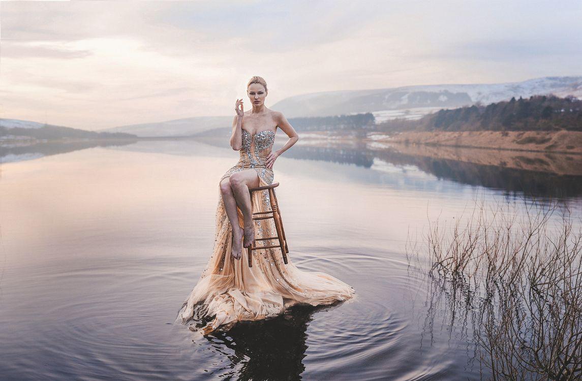 девушка на стуле · бесплатное фото