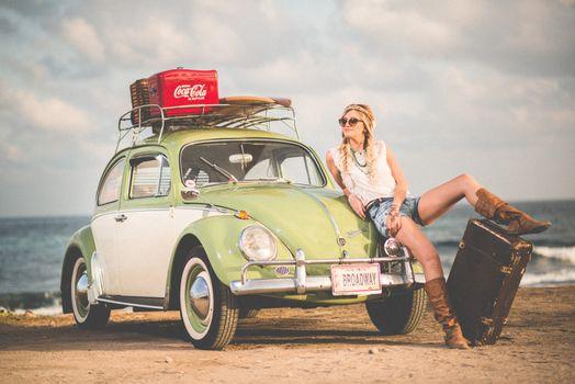 Бесплатные фото пляж,воды,песок,женщина,автомобиль,фольксваген,модель,средство передвижения,мода,берег моря,автомобильный,старинная машина