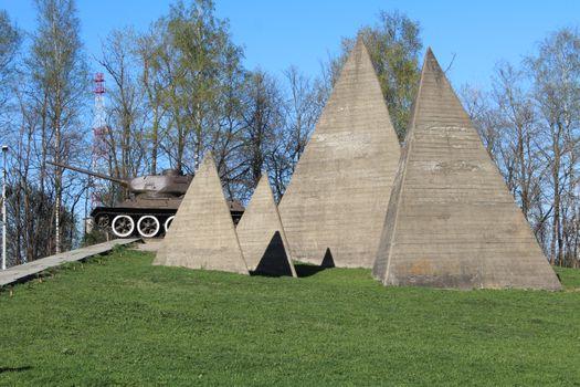 Photo free T-34 tank memorial, pyramid, grass