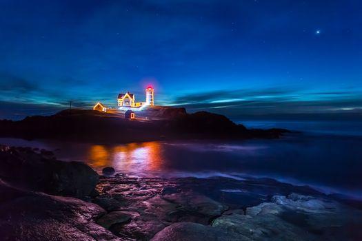 Ночной маяк на побережье · бесплатное фото