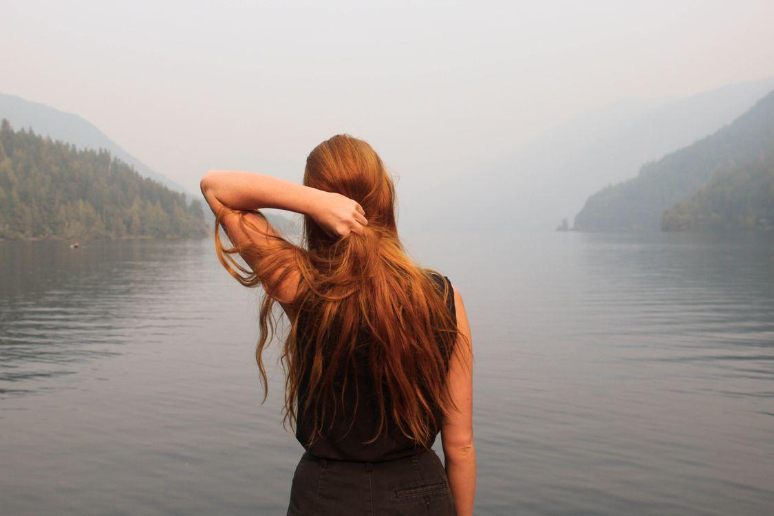 Фото бесплатно девушка, волосы, женщина, природа, рыжие волосы, pnw, имбирь, дерево, озеро, девушки