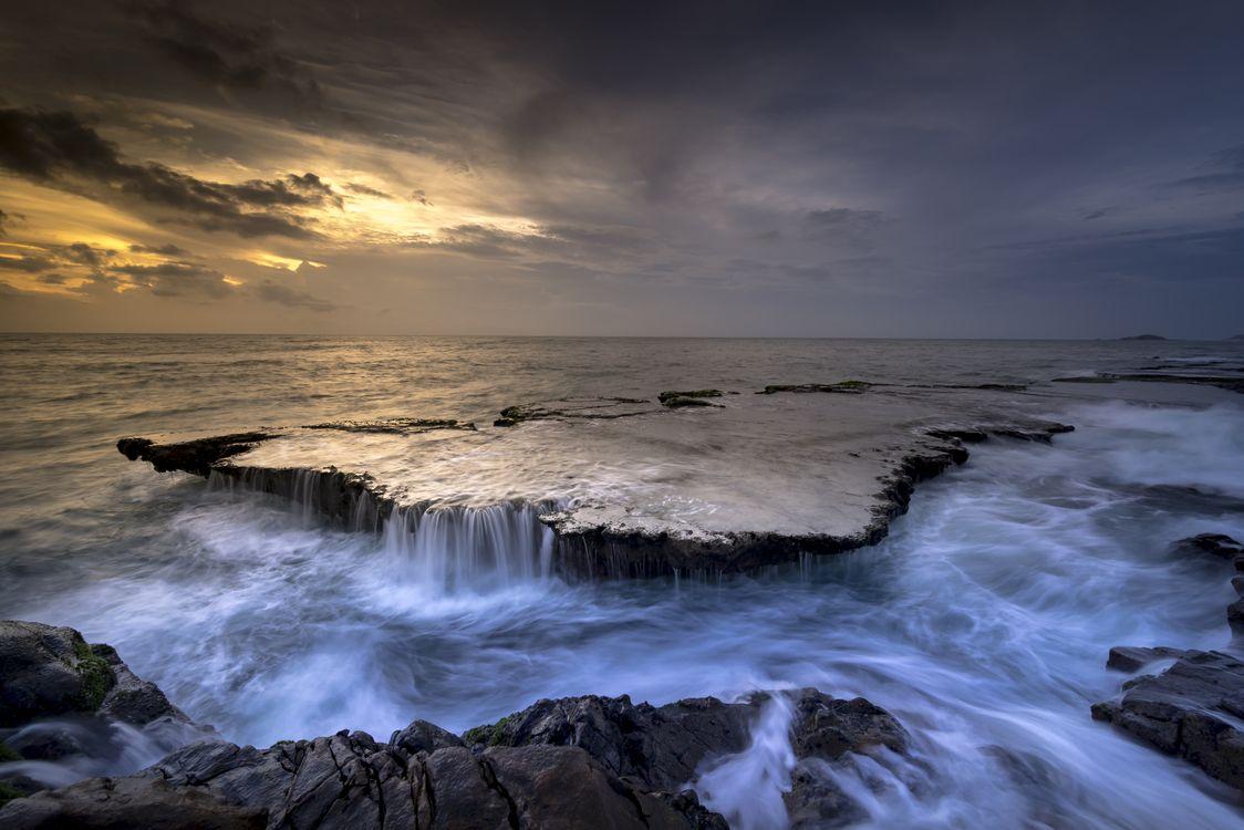 Фото бесплатно море, побережье, каскад, риф, волна, вода, поток, океан, берег, вечер, закат, водопад, пейзаж, пейзажи