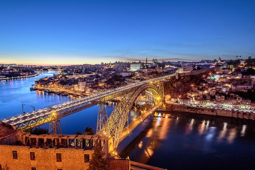 Фото бесплатно Мост Лу-я, город ночью, соединяет Порто и Вила-Нова-де-Гайя