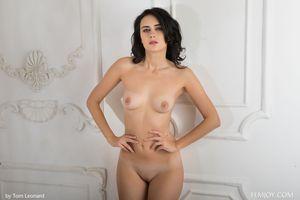 Stella P молодая девушка позирует голой