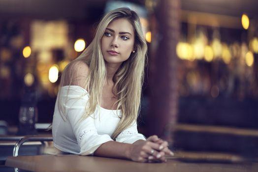 Фото бесплатно блондинка, отводит взгляд, голубые глаза