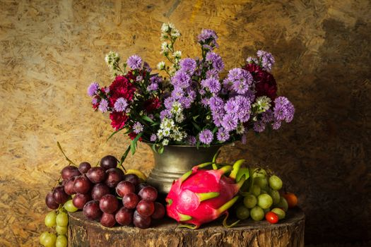 Grapes, artichokes and floral bouquet · free photo