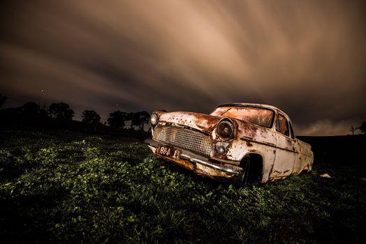 Ржавый автомобиль на поле · бесплатное фото