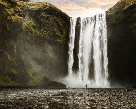 Photo free waterfall, cascade, a lonely man
