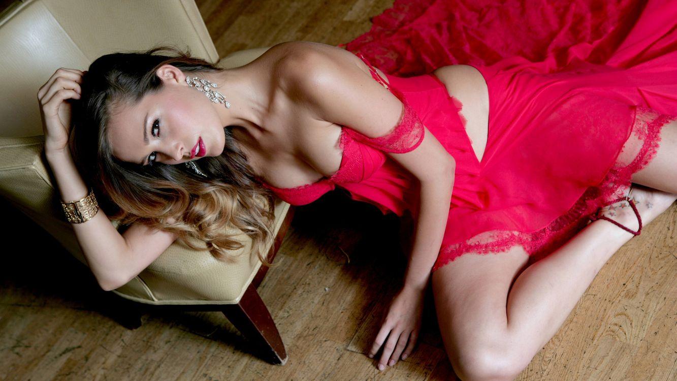 Веб девушка модель на доме 2 девушки привлекательной внешности работа