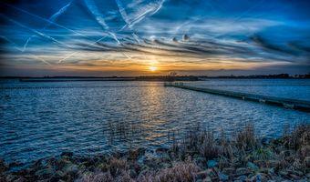Фото бесплатно закат, река, мостик, причал, берег, вода, волны, небо, пейзаж