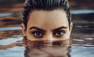 Photo free Kim Kardashian, bathes, swims