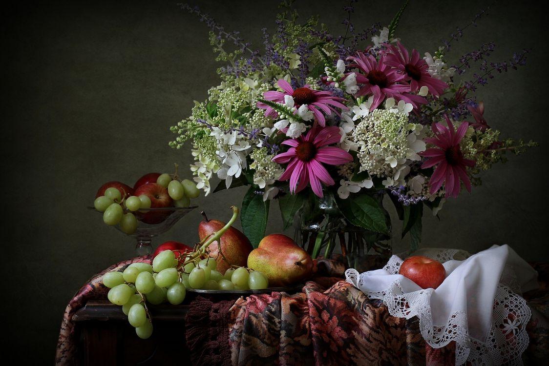 Фото бесплатно натюрморт, ваза, цветы, стол, виноград, груши, яблоки, фрукты, цветы