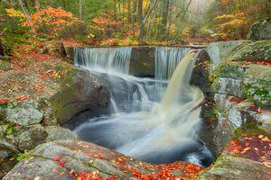 Бесплатные фото осень,лес,деревья,скалы,водопад,пейзаж,природа