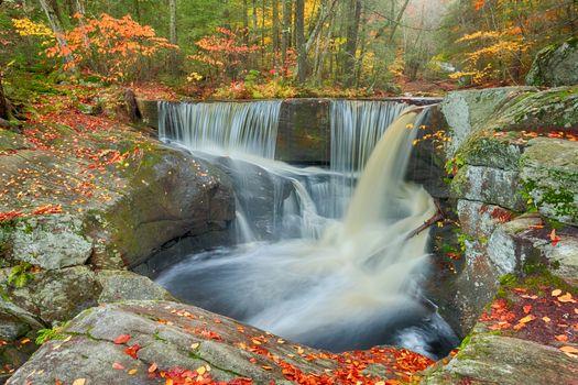 Заставки осень,лес,деревья,скалы,водопад,пейзаж,природа