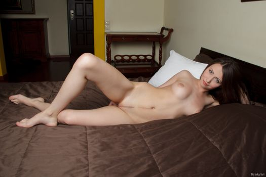 Photo free ynesse, brunette, trimmed pussy