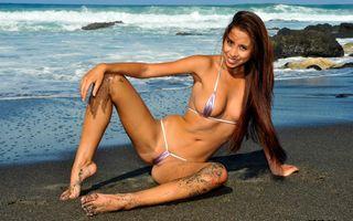 Бесплатные фото микро бикини,черный песок,брюнетка,пляж,волны,скалы,камелтое