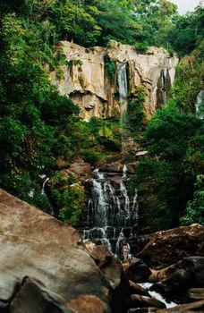 Бесплатные фото обои,лес,синий,природа,Коста-Рика,путешествия,место,скала,водопад,человек,стоя,одиночество