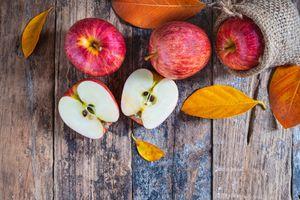 Яблоки и желтые листья
