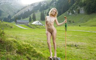 Бесплатные фото модель,блондинка,на улице,поле,голая,сиськи,соски