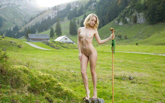 Фото бесплатно модель, блондинка, на улице, поле, голая, сиськи, соски, бритая киска