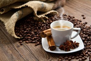 Чашка кофе с корицей · бесплатное фото