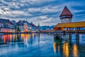 Бесплатные фото Река Рейсс,Мост Часовни,Водная башня и древний город Люцерн,Швейцария,панорама