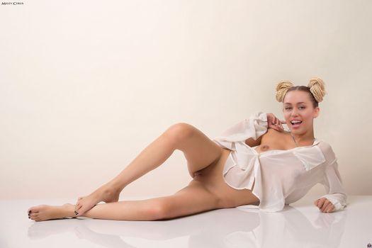 Бесплатные фото Майли Сайрус,маленькие сиськи,бездонная,бритую киску,половые губы,поддельные,ноги,улыбка