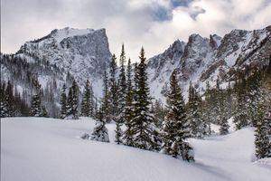 Снежные вершины скалистых гор · бесплатное фото
