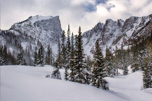 Snowy peaks rocky mountain · free photo