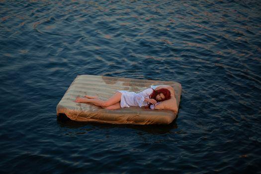 Бесплатные фото вода,девушка,красотка,надувной матрас,на плаву,рыжая,сон,отдых,ситуация