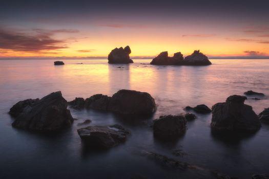 Скалы на мелководье · бесплатное фото