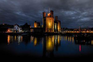 Бесплатные фото Замок Карнарвон,средневековый замок,расположенный в городе Карнарвон,округ Гуинет,Уэльс,Великобритания,ночь